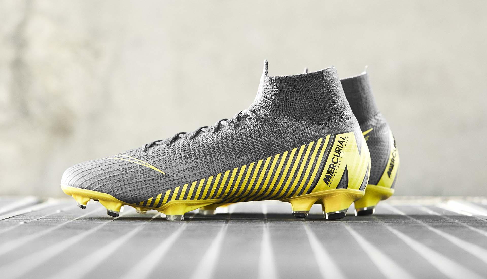De grijsgouden Nike Mercurial Superfly en Vapor Voetbal