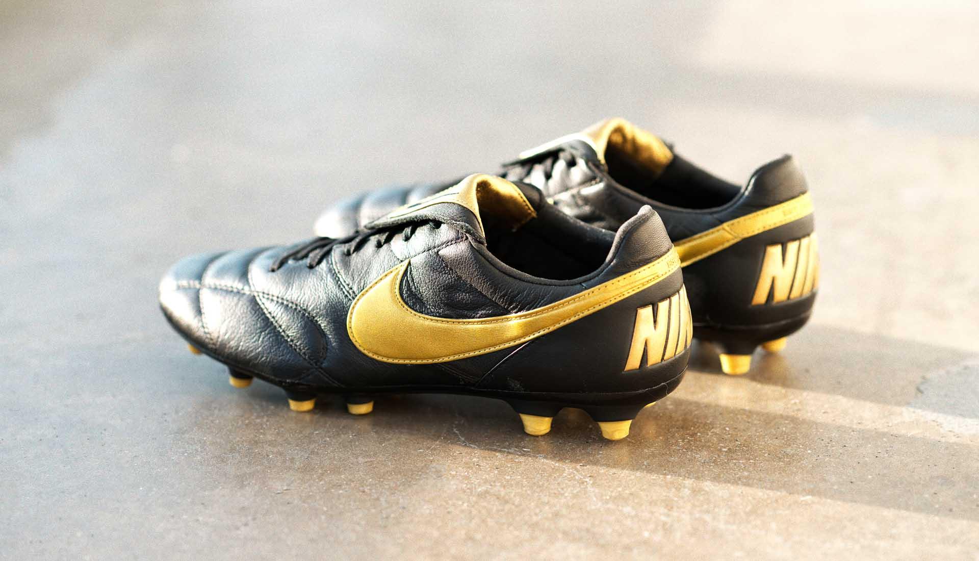 Nike lanceert zwartgouden Nike Premier II voetb Voetbal
